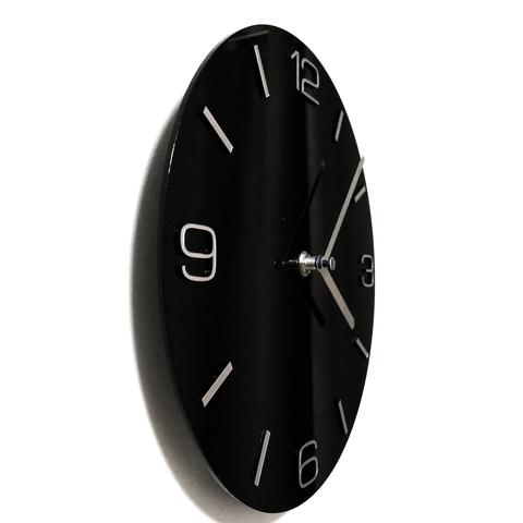 Настенные часы чёрного цвета