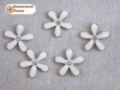 Декор металлический белый цветочек со стразинкой