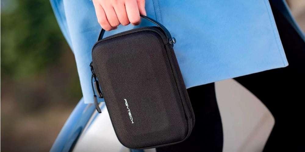 Кейс PgyTech Mini Carrying Case for OSMO Pocket P-18C-021 в руках