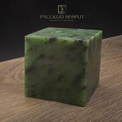Зелёный нефрит качества модэ с средним крапом. Образец №7