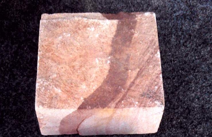 Брусчатка песчаник пиленный Красное Капучино, образец
