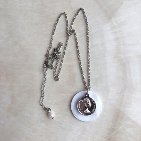 Подвеска с медальоном в виде монетки и садафом на цепочке серебряного цвета