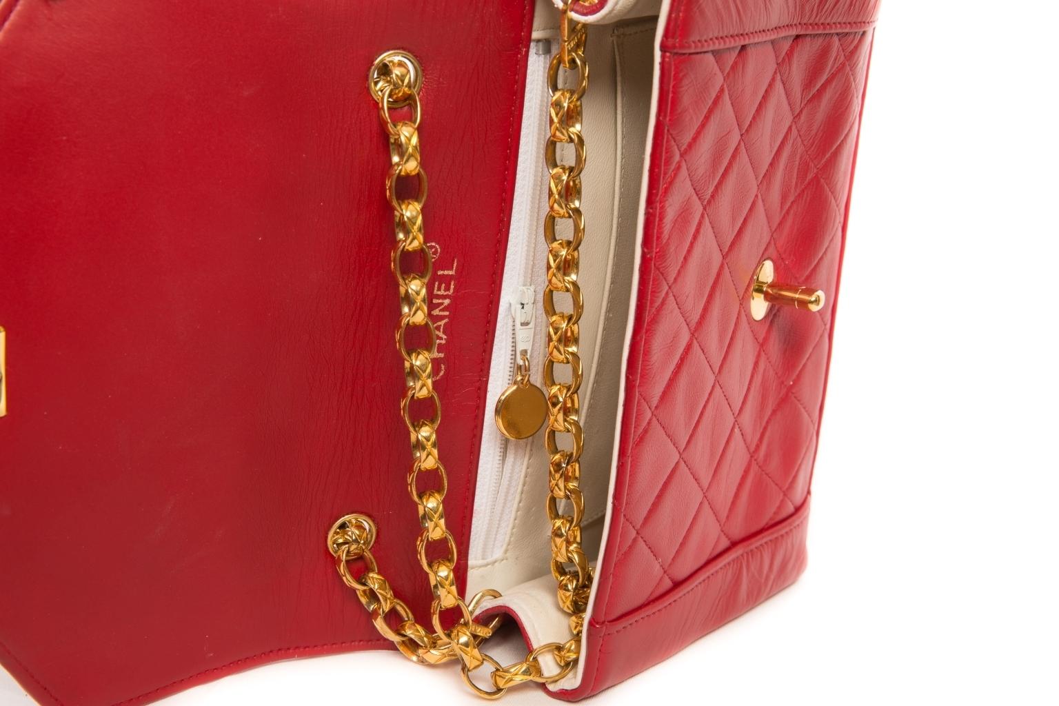 Эффектная красная кожаная сумочка от Chanel.