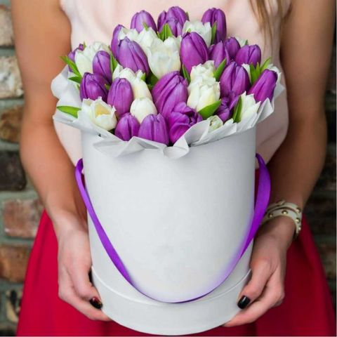 Букет 35 белых и сиреневых тюльпанов в шляпной коробке