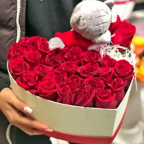 Розы в коробке в виде сердца с плюшевым мишкой