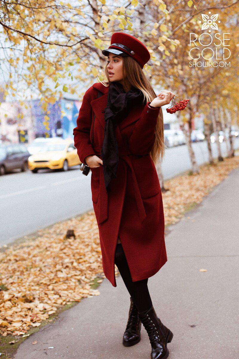 zimnee_palto_s_pojasom_vinnogo_cveta