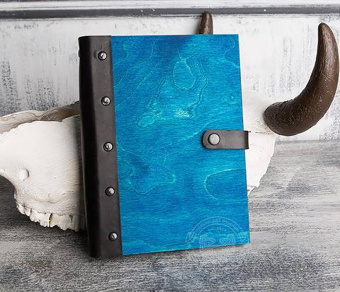 Яркий блокнот синего цвета с деревянной обложкой