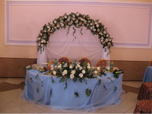 Оформление свадьбы в голубом цвете Алматы. Кафе в Горном гиганте, арка из живых цветов и такни 120 тыс тг