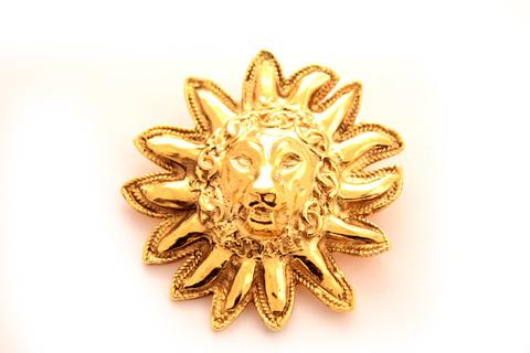 Интересная брошь в виде головы льва от Chanel
