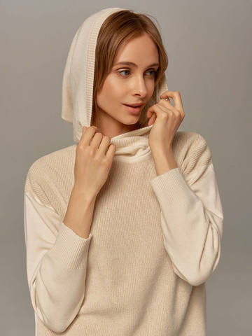 Женский джемпер молочного цвета с капюшоном - фото 4