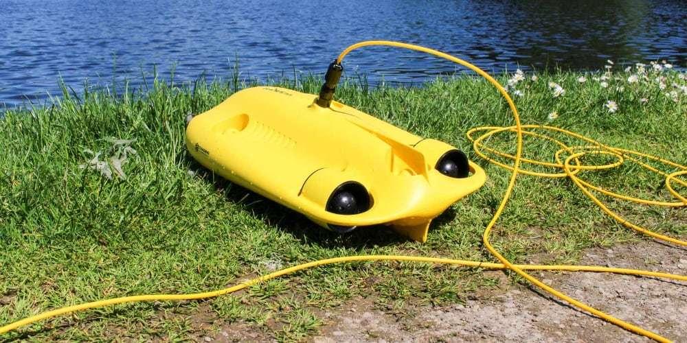 Подводный дрон Gladius Mini Combo на берегу