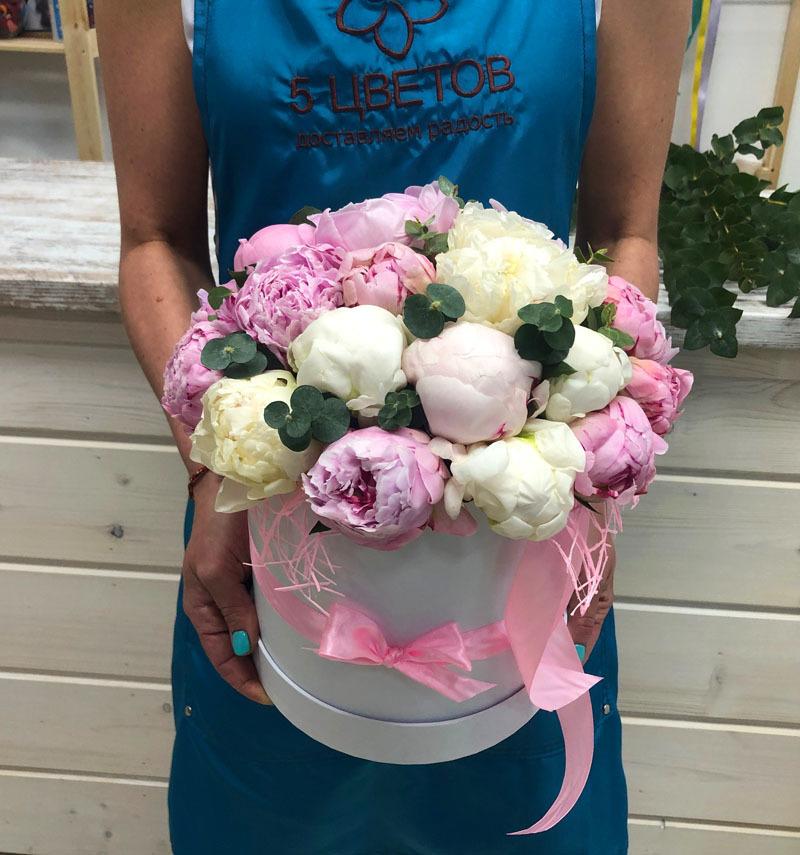 Композиция из 25 пионов белых и розовых