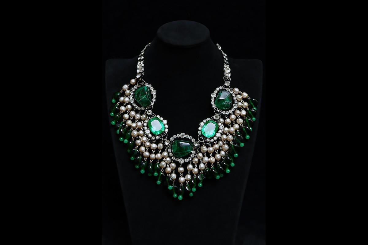 Колье с зелеными кристаллами и барочным жемчугом от Larry Vrba