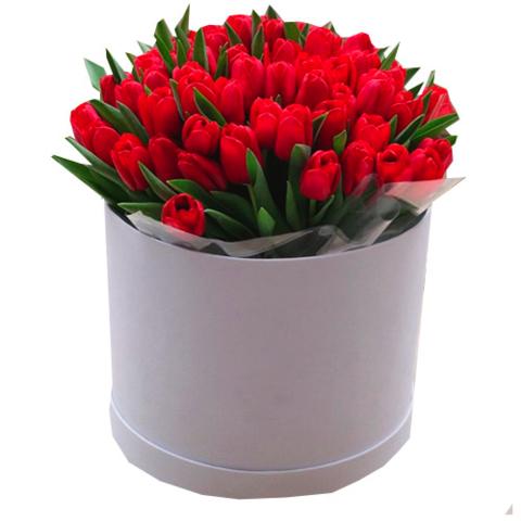 Букет 51 тюльпан в шляпной коробке красный