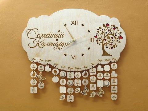 Семейный календарь из дерева с часами. Календарь дней рождения