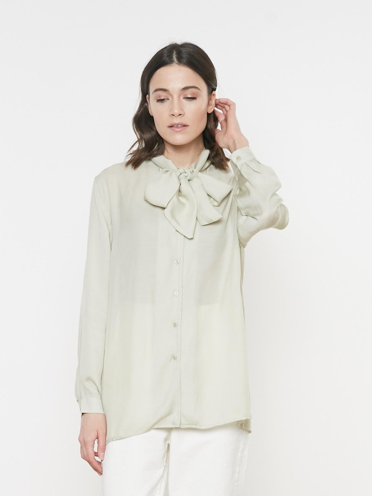 Блуза на пуговицах с бантом