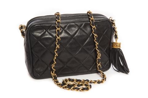 Красивая сумочка с кистью от Chanel.