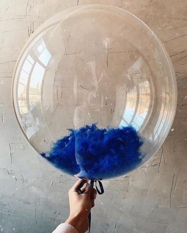 Воздушный шар с синими перьями