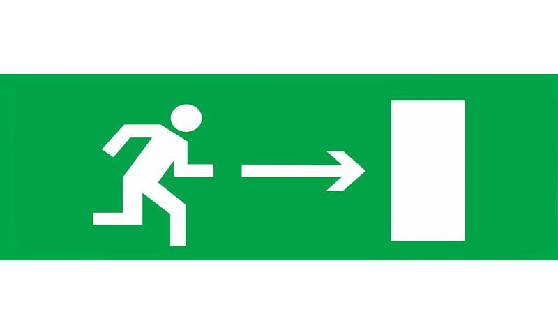 Знак для табло направления движения – К ЭВАКУАЦИОННОМУ ВЫХОДУ НАПРАВО