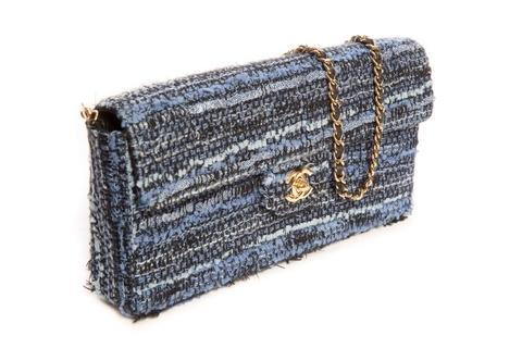 Изысканная сумочка из твида от Chanel.