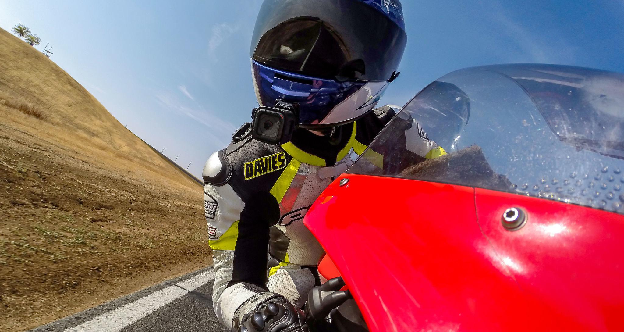 Набор плоских и изогнутых клеящихся платформ GoPro Flat + Curved Adhesive Mounts (AACFT-001) на мотоцикле