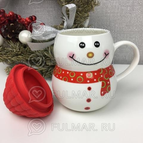 Кружка новогодняя с крышкой Снеговик в шапочке красный