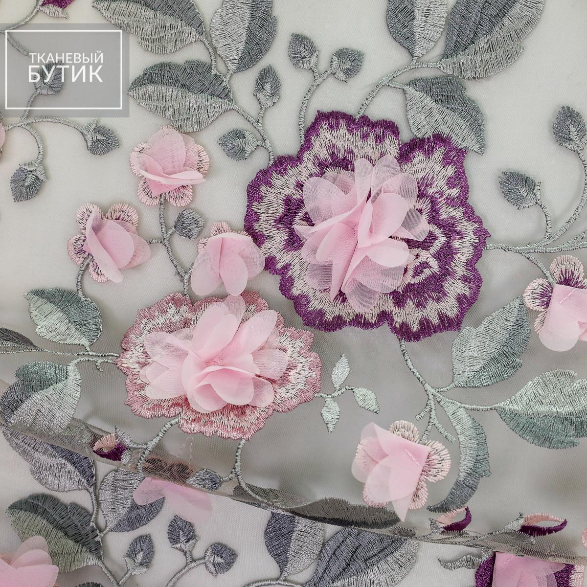 Вышивка розовыми цветами по серой сетке