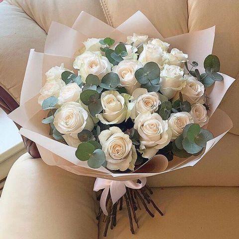 25 белых роз с эвкалиптом Премиум