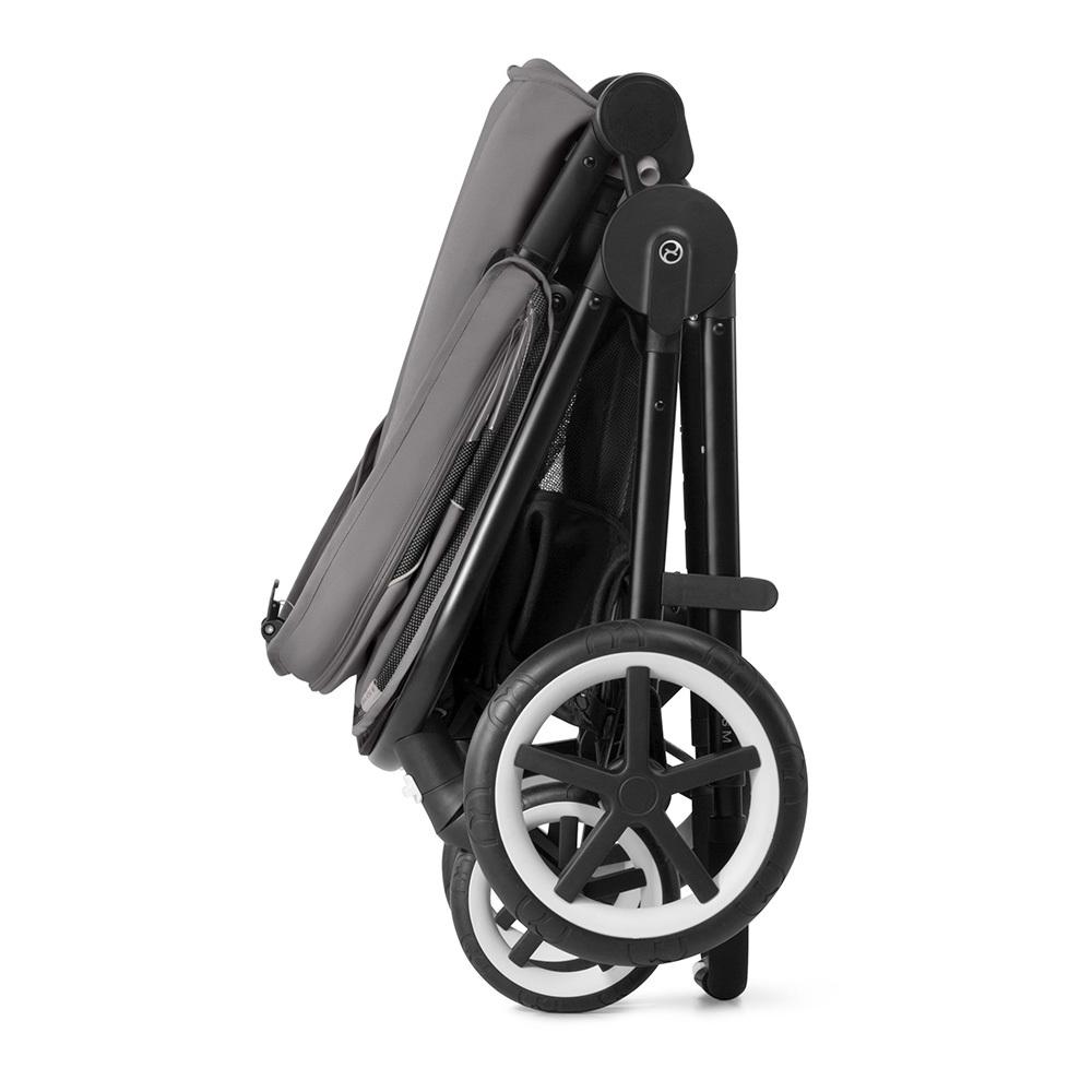 В сложенном виде коляска стоит самостоятельно в вертикальном положении