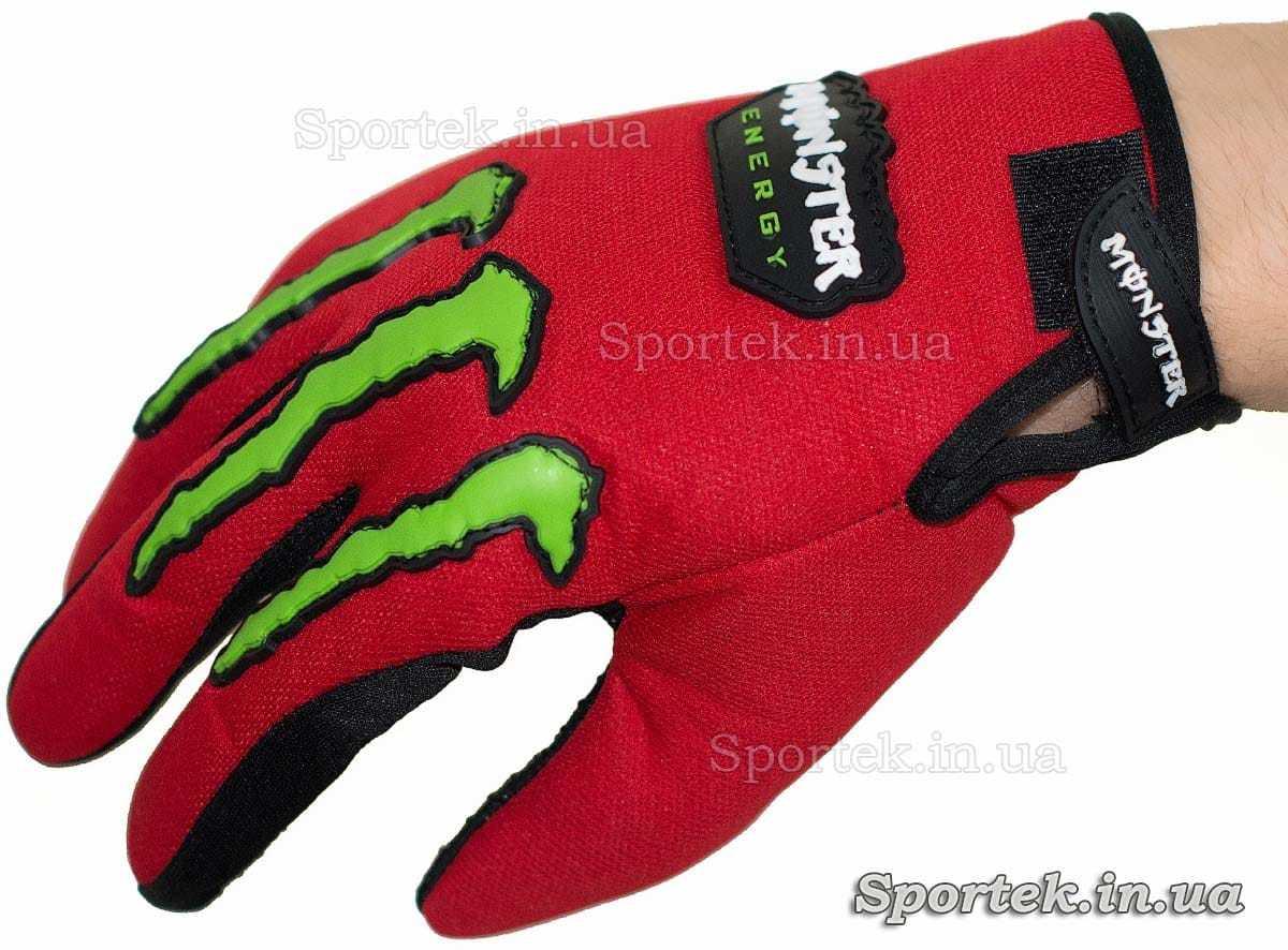 Перчатки для велосипедистов и мотоциклистов - на руке (вид сверху)