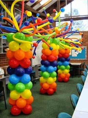 Разноцветная стойка из шаров цвета радуги с