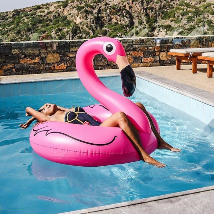 Яркий фламинго будет самым заметным на пляже