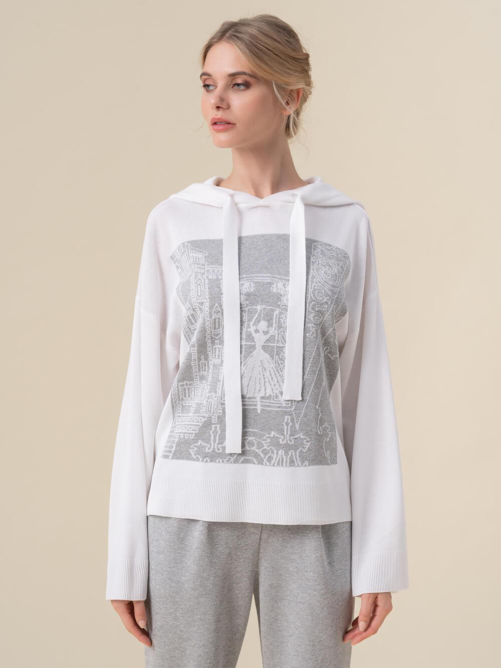 Женский джемпер белого цвета с принтом и капюшоном - фото 1