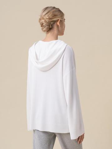 Женский джемпер белого цвета с принтом и капюшоном - фото 2