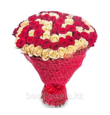 Букет из 75 красных и кремовых роз (местные)