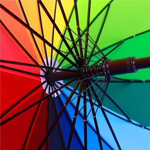Радужный зонт поднимет настроение своему владельцу