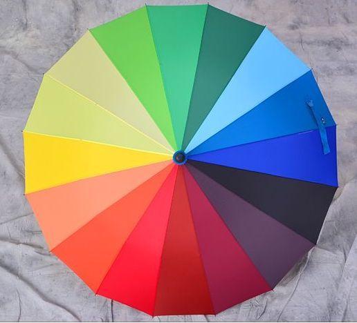 Яркий зонт идет издалека