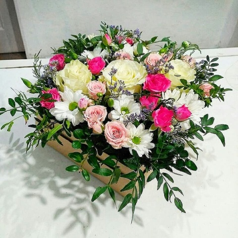 Розы с хризантемами и зеленью в коробке