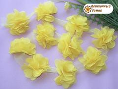Шифоновые цветы на сетке светло-желтые