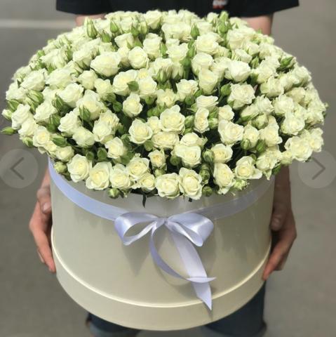 Белые кустовые розы в коробке