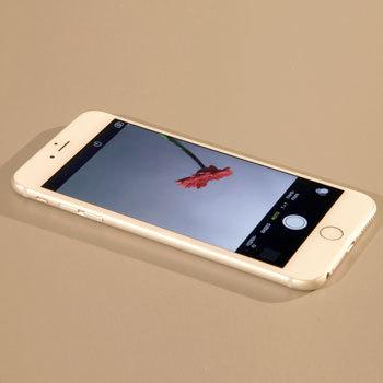 Включаем на смартфоне фронтальную камеру и кладем его на стол экраном вверх.
