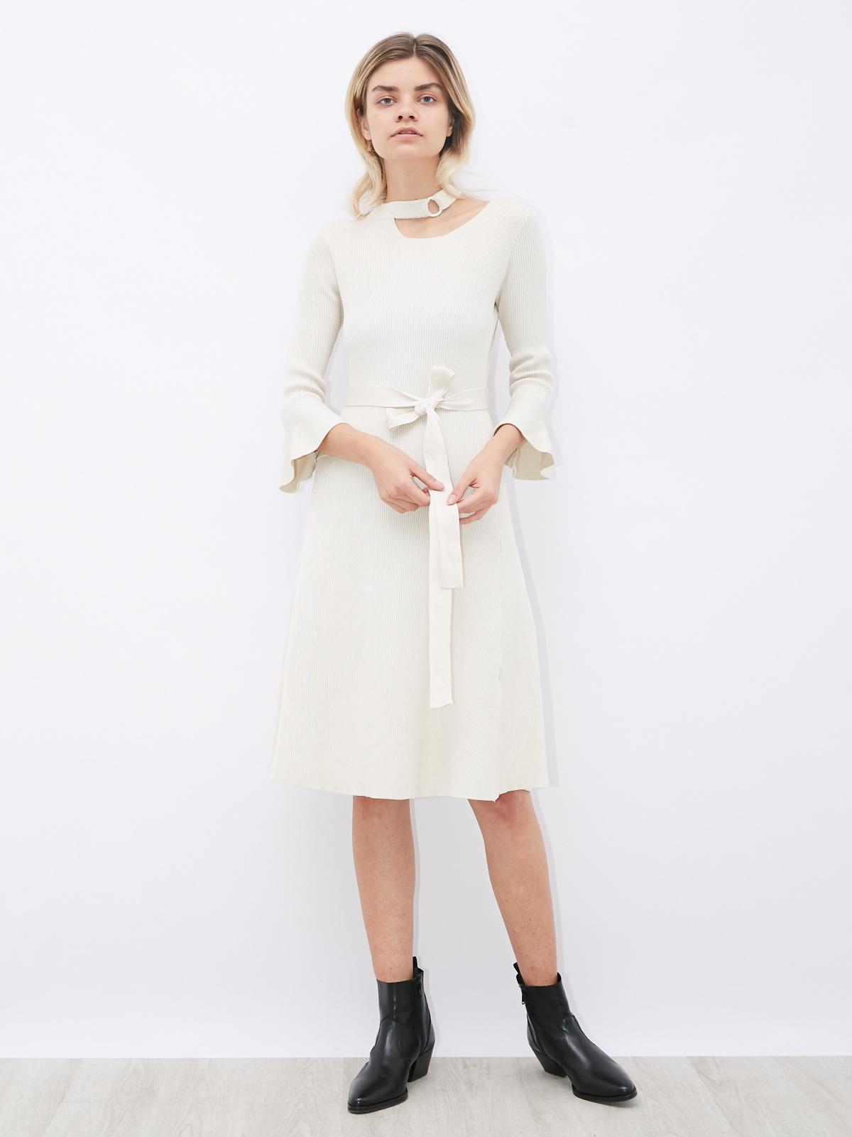 Платье трикотажное с чокером и воланами на рукавах