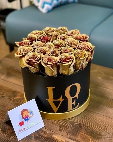 Золотые розы в черной подарочной коробке