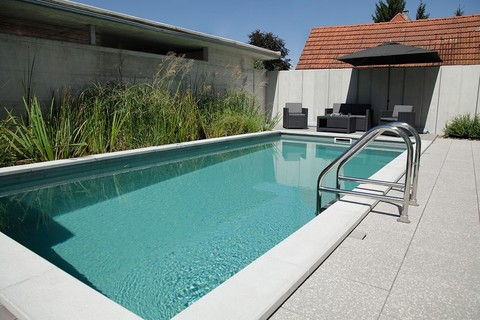 При строительстве бетонного бассейна можно реализовать любой замысел дизайнера