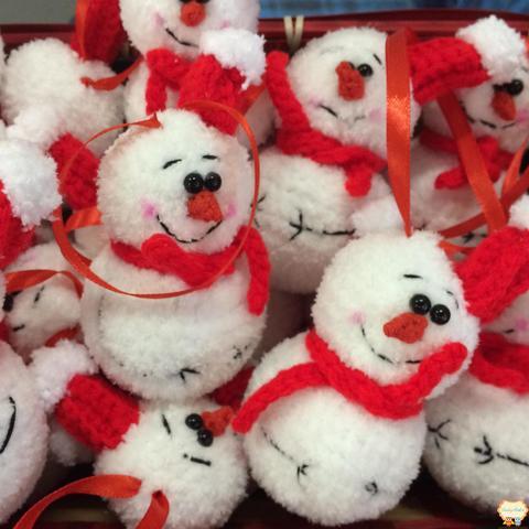 Елочная игрушка вязаный снеговик