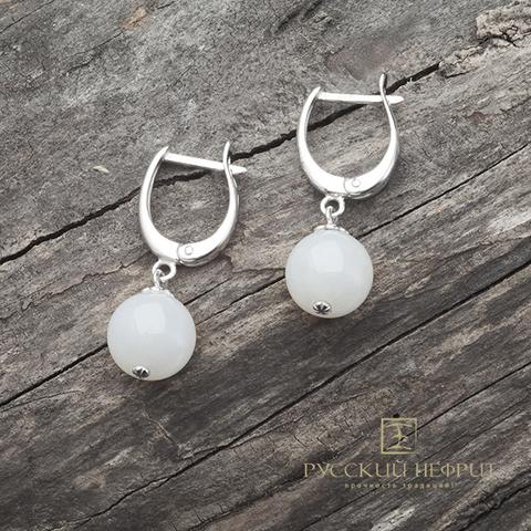 Серебряные серёжки с бусинами из белого нефрита.