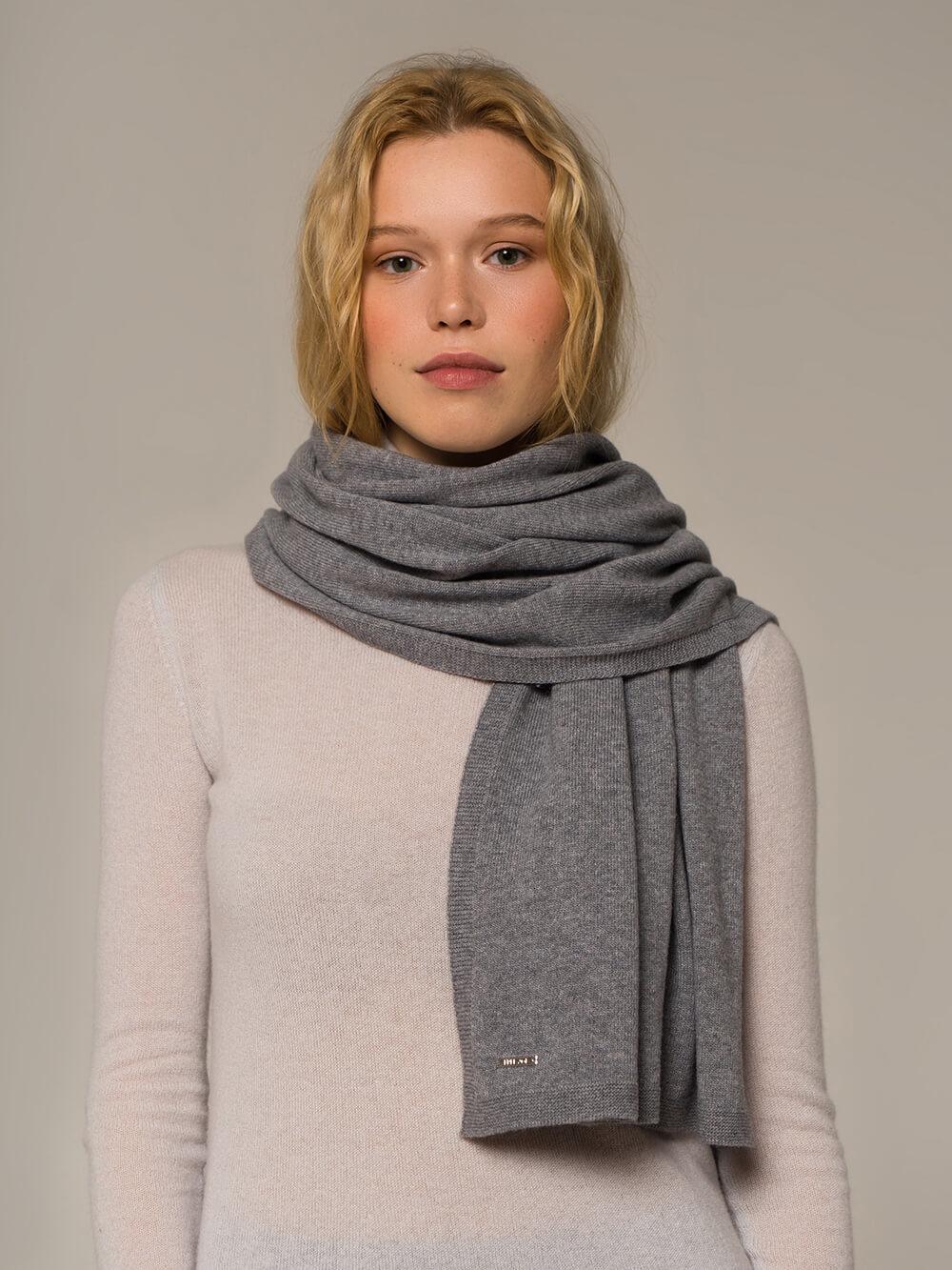 Женский шарф серого цвета