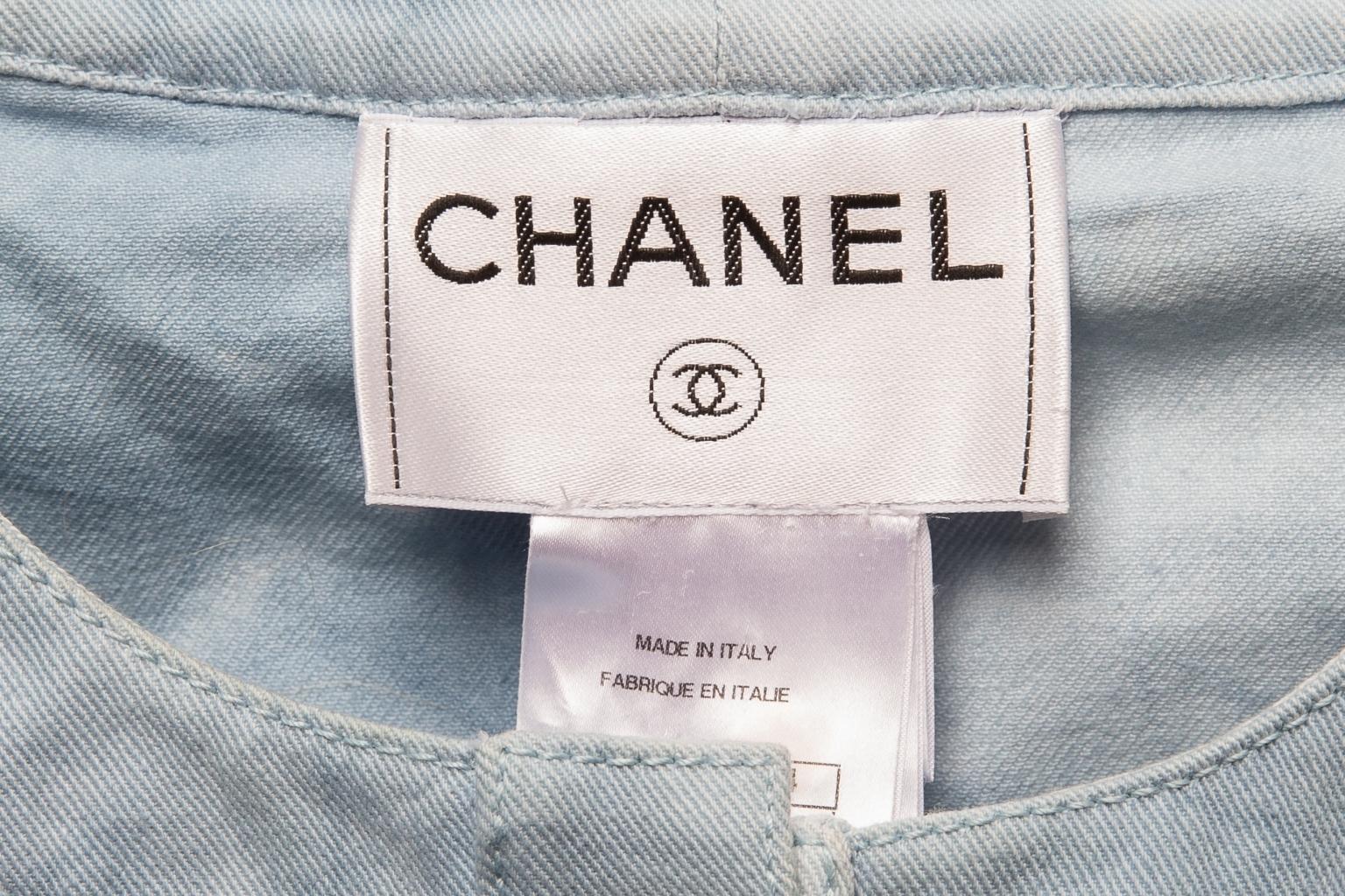 Стильный укороченный жакет из денима небесно-голубого цвета от Chanel, 38 размер.