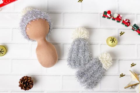Срібляста в'язана шапка ручної роботи для ляльки