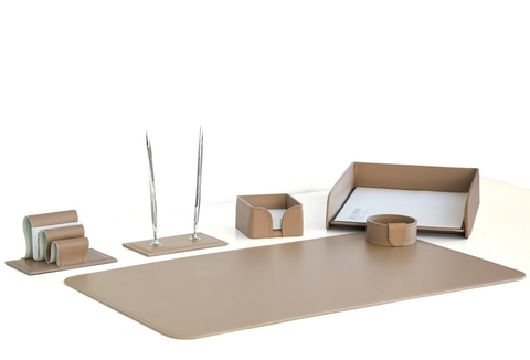 На фото набор на стол руководителя артикул 1624 из 6 предметов выполнен в коже Cuoietto цвет какао. Возможно изготовление в другом цвете.